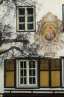 Europe/Autriche/Tyrol/Mutters: Détail maison - Cadran solaire de la vierge à l'enfant et fenêtre de maison