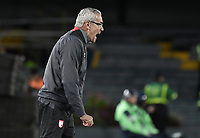 BOGOTA - COLOMBIA, 20-01-2018: Gregorio Perez técnico de Independiente Santa Fe gesticula durante partido con Deportivo Cali por el Torneo Fox Sports 2018 jugado en el estadio Nemesio Camacho El Campin de la ciudad de Bogotá. / Gregorio Perez coach of Independiente Santa Fe gestures during match against Deportivo Cali for the Fox Sports Tournament 2018  played at Nemesio Camacho El Campin Stadium in Bogota city. Photo: VizzorImage / Gabriel Aponte / Staff.