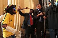 RIO DE JANEIRO, RJ, 03 SETEMBRO 2013 - MANIFESTANTES MASCARADOS PROTESTAM NA ALERJ -  Manifestantes mascarados discutem com os seguranças da ALERJ durante protesto contra a lei de autoria do deputado estadual Paulo Melo e Domingos Brazão que proíbe manifestantes mascarados durante as manifestações nessa terça 03. (FOTO: LEVY RIBEIRO / BRAZIL PHOTO PRESS)