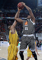 Herbalife Gran Canaria's Eulis Baez (l) and Uxue Bilbao Basket's Lamont Hamilton during Spanish Basketball King's Cup match.February 07,2013. (ALTERPHOTOS/Acero) /NortePhoto