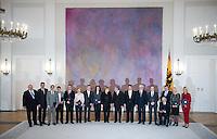 Berlin, die neuen Minister in der Gro&szlig;en Koalition um Bundeswirtschaftsminister und Vizekanzler Sigmar Gabriel (SPD) und Bundeskanzlerin Angela Merkel (CDU) stehen am Montag (16.12.13) im Schloss Bellevue nach der &Uuml;bergabe der Ernennungsurkunden mit Bundespr&auml;sident Joachim Gauck.<br /> Foto: Steffi Loos/CommonLens