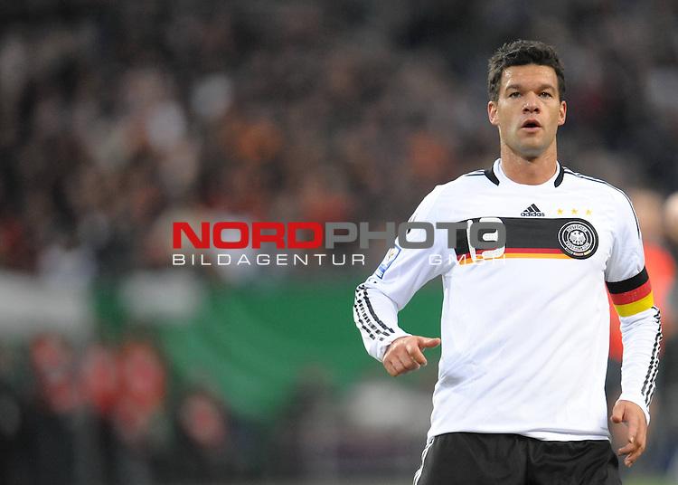 Fussball, L&auml;nderspiel, WM 2010 Qualifikation Gruppe 4  14. Spieltag<br />  Deutschland (GER) vs. Finnland ( FIN ) 1:1 ( 0:1 )<br /> <br /> Michael Ballack ( GER _ Chelsea #13 )  <br /> <br /> Foto &copy; nph (  nordphoto  )<br />  *** Local Caption *** <br /> <br /> Fotos sind ohne vorherigen schriftliche Zustimmung ausschliesslich f&uuml;r redaktionelle Publikationszwecke zu verwenden.<br /> Auf Anfrage in hoeherer Qualitaet/Aufloesung