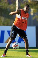 SAO PAULO, SP 16 DE JULHO 2013 - TREINO CORINTHIANS - O jogador do Corinthians Edenilson, treinou na tarde de hoje, 16, no Ct. Dr. Joaquim Grava, na zona leste de São Paulo. FOTO: PAULO FISCHER/BRAZIL PHOTO PRESS