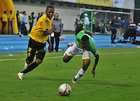 BARRANCABERMEJA- COLOMBIA - 23 - 07 -2016: Jhon Vasquez (Izq.) jugador de Alianza Petrolera, disputa el balón con Cristian Mafla (Der.) jugador de Atletico Bucaramanga, durante partido Alianza Petrolera y Atletico Bucaramanga, por la fecha 5 por la Liga Aguila II 2016 en el estadio Daniel Villa Zapata en la ciudad de Barrancabermeja. / Jhon Vasquez (L) player of Alianza Petrolera, figths the ball with Cristian Mafla (R) player of Atletico Bucaramanga, during a match between Alianza Petrolera and Atletico Bucaramanga, for date 5 of the Liga Aguila II 2016 at the Daniel Villa Zapata stadium in Barrancabermeja city. Photo: VizzorImage  / Jose D Martinez / Cont.