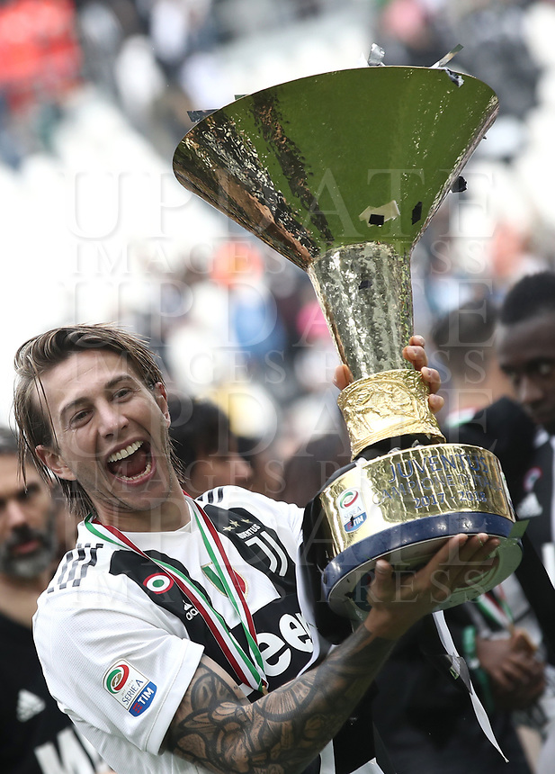 Calcio, Serie A: Juventus - Hellas Verona, Torino, Allianz Stadium, 19 maggio, 2018.<br /> Juventus' Federico Bernardeschi celebrates with the trophy during the victory league ceremony at Torino's Allianz stadium, 19 May, 2018.<br /> Juventus won their 34th Serie A title (scudetto) and seventh in succession.<br /> UPDATE IMAGES PRESS/Isabella Bonotto
