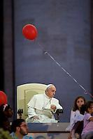 Papa Francesco in Piazza San Pietro durante la veglia di preparazione con le famiglie in occasione della giornata della famiglia. Pope Francis leads a meeting of prayer with families at St. Peter's Square.