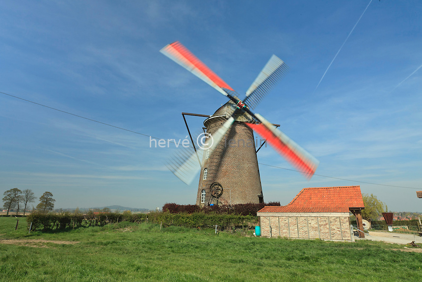 France, Nord (59), Terdeghem, le steenmeulen ou moulin à vent de Saint-Arnoud, moulin en briques de 1864 de type hollandais, l'envergure des ailes est de 24,70m ce qui en fait un des plus grand de France. Le moulin est toujours en fonctionnement et tenu par Joseph Markey fils du dernier meunier ayant travaillé dans ce moulin. Joseph Markey, propriétaire du moulin (model & property release) // France, Nord, Terdeghem, le steenmeulen or windmill of Saint-Arnoud, brick-built mill of 1864 of Dutch type, the scale of wings is of 24,70m what makes it one of the biggest of France. The mill is always in functioning and held by Joseph Markey son of the last miller having worked in this mill. Joseph Markey, owner of the mill (model & property release)