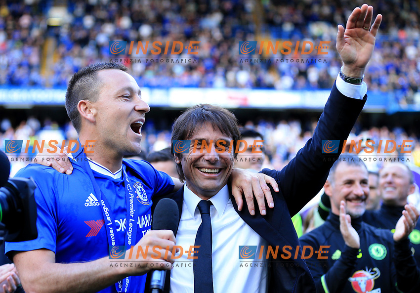 Chelsea defender John Terry (26) celebrating with  Chelsea manager Antonio Conte  during the Premier League match between Chelsea and Sunderland at Stamford Bridge on May 21st 2017 in London, England. <br /> Festeggiamenti Chelsea vittoria Premier League <br /> Foto Leila Cocker/PhcImages/Panoramic/Insidefoto