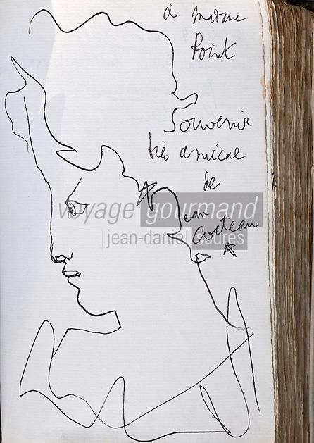 """Europe/France/Rhône-Alpes/38/Isère/ Vienne: Détail du livre d'Or  du  Restaurant """"La Pyramide"""" , 14, bd Fernand Point, à l'époque de Fernand Point - Dessin et autographe de Jean Cocteau"""