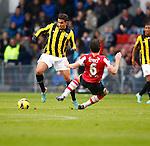 Nederland, Eindhoven, 25 november  2012.Eredivisie.Seizoen 2012-2013.PSV-Vitesse.Jonathan Reis (l.) van Vitesse en Mark van Bommel (r.) van PSV strijden om de bal.