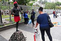 RIO DE JANEIRO,RJ,30.10.2013: SACI NO LARGO DA CARIOCA- Erinaldo Cardoso Lima é morador do Centro do Rio e trabalha no Largo da Carioca fantasiado de saci, as quintas e sextas feira. No sábado e no domingo o artista trabalha na Feira de São Cristovão. Há cinco meses Erinaldo trabalha nas ruas e é conhecido como Saci da Feira de São Cristovão. SANDROVOX/BRAZILPHOTOPRESS