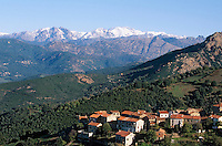 Europe/France/Corse/2A/Corse-du-Sud/ Cuttoli-Corticchiato: le village dans la vallée du Prunelli et les sommets