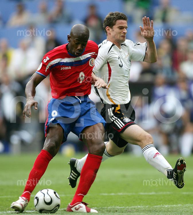 Fussball WM 2006  Gruppenspiel  Vorrunde  Deustchland - Costa Rica  Arne FRIEDRICH (GER, r) kann Paulo WANCHOPE (CRC) nicht stoppen un dieser erzielt das 1:1.