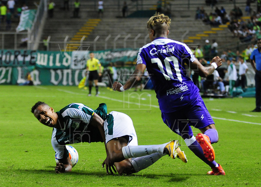 PALMIRA - COLOMBIA - 14 - 03 - 2018: Jhon Mosquera (Izq.) jugador de Deportivo Cali disputa el balón con Yesus Cabrera (Der.) jugador de Once Caldas, durante partido entre Deportivo Cali y Once Caldas de la fecha 8 por la liga Aguila I 2018, jugado en el estadio Deportivo Cali (Palmaseca) en la ciudad de Palmira. / Jhon Mosquera (L) player of Deportivo Cali vies for the ball with Yesus Cabrera (R) player of Once Caldas, during a match between Deportivo Cali and Once Caldas of the 8th date for the Liga Aguila I 2018, at the Deportivo Cali (Palmaseca) stadium in Palmira city. Photo: VizzorImage  / Nelson Rios / Cont.
