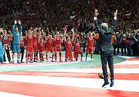 FUSSBALL       DFB POKAL FINALE        SAISON 2012/2013 FC Bayern Muenchen - VfB Stuttgart    01.06.2013 Bayern Muenchen ist Pokalsieger 2013: Trainer Jupp Heynckes (re) verneigt sich vor seinen Spielern. Seine Spieler tuen es ihm gelich
