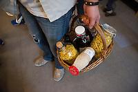 """Berlin, Ein Kunde steht am Samstag (13.09.2014) im neueroeffneten Supermarkt """"Original Unverpackt"""", im dem Lebensmittel und Haushaltsprodukte ohne Verpackungen verkauft werden, mit seinem Einkaufskorb im Laden. Der Laden in der Wienerstrasse in Berlin Kreuzberg wurde ueber Crowdfunding finanziert. Foto: Steffi Loos/CommonLens"""