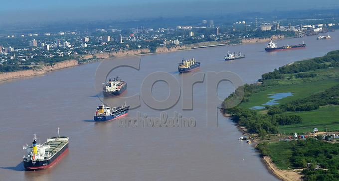 Buques esperan cargar soja en los puertos exportadores de la ciudad de Rosario, Argentina