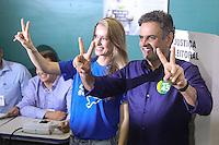 BELO HORIZONTE, MG, 26.10.2014 - ELEICOES 2014 / AÉCIO NEVES -  O candidato à Presidência pelo PSDB, Aécio Neves ao lado da sua esposa Leticia Weber, durante votação na Escola Estadual Governador Milton Campos (Estadual Central), no bairro de Lourdes, em Belo Horizonte (MG), neste domingo, 26. (Foto: William Volcov / Brazil Photo Press).