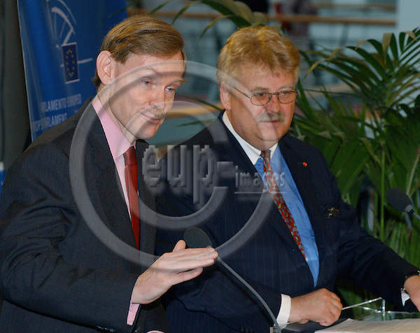 Brussels-Belgium - 05 April 2005---Robert ZOELLICK (le), U.S. Deputy Secretary of State and in charge of Transatlantic Relations, with Elmar BROK (ri), MEP and Chairman of the Committee on Foreign Affairs, during a press conference in the EP after a meeting of the Committee with Robert Zoellick---Photo: Horst Wagner/eup-images