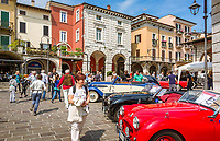 Italy, Lombardia, Desenzano del Garda: nostalgic Oldtimer parade at Piazza Malvezzi during yearly event of Mille Miglia | Italien, Lombardei, Gardasee, Desenzano del Garda: nostalgische Oldtimer-Ausstellung auf der Piazza Malvezzi waehrend der jaehrlichen Veranstaltung Mille Miglia