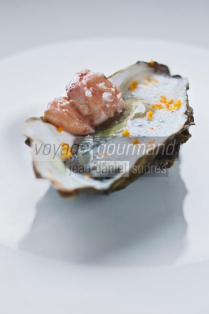 Europe/France/Bretagne/29/Finistère/Plomodiern: Huître crue, moelle de boeuf, mousseux de chou-fleur, recette d' Olivier Bellin de l'Auberge des Glazicks