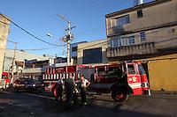 SAO PAULO, SP, 20/04/2013, INCENDIO V. PRUDENTE. Um morador de rua foi o provavel causador do principio de incendio na manha desse Sabado (20) em uma empresa que fica na Rua Cavour 662 na V. Prudente. Uma fogueira foi a causa inicial da ocorrencia. LUIZ GUARNIERI/ BRAZIL PHOTO PRESS