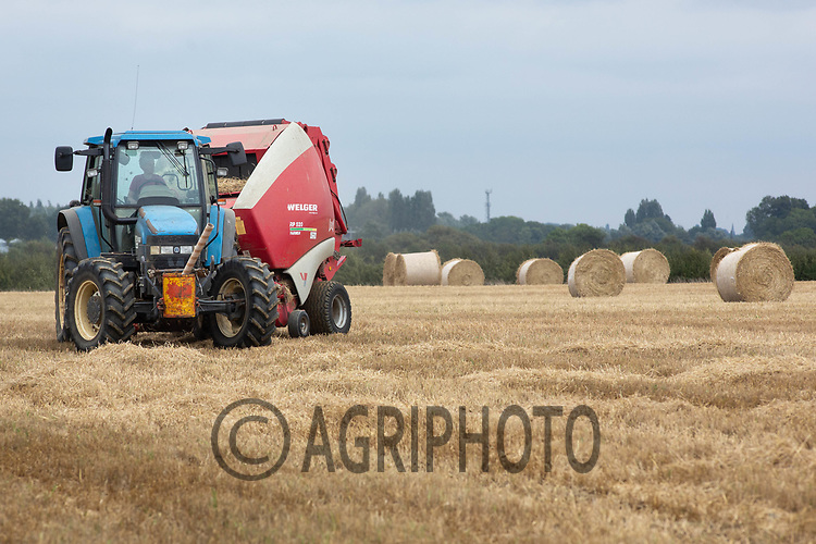 7.9.2020 Baling in Barley straw in Lincolnshire  <br /> ©Tim Scrivener Photographer 07850 303986<br />      ....Covering Agriculture In The UK.