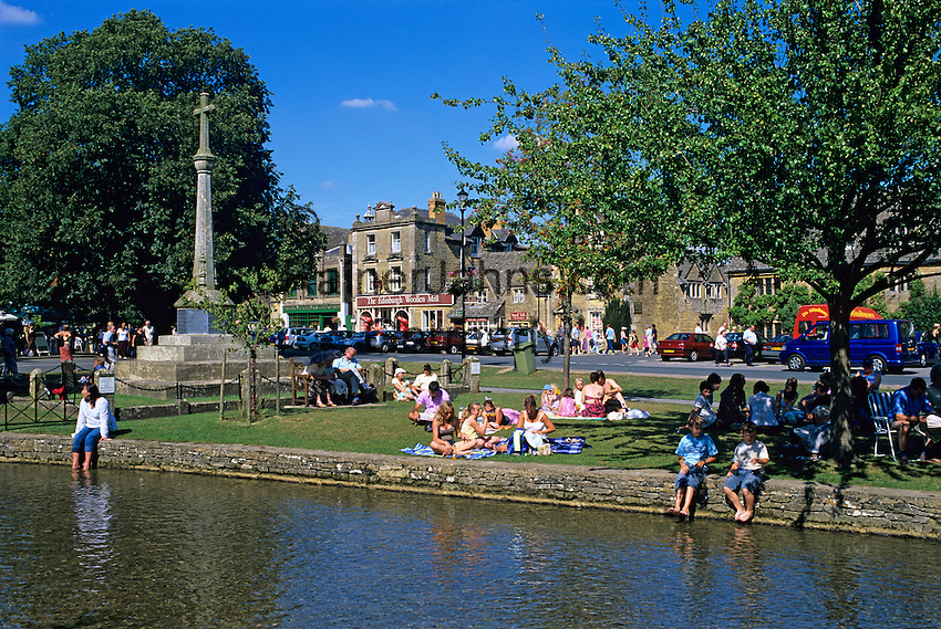 Great Britain, England, Gloucestershire (Cotswolds), Bourton on the Water: Cotswold village with tourists on August bank holiday | Grossbritannien, England, Gloucestershire (Cotswolds), Bourton on the Water: Cotswold-Dorf voller Touristen an einem Feiertag