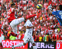 BOGOTA -COLOMBIA. 04-05-2014.Francisco Meza (Izq)  de Independiente Santa Fe disputa el balon  contra Sergio Roman del  Once Caldas partido de Vuelta de Los Cuartos de Final de  La Liga Postobon  jugado en el estadio El Campin . Francisco Meza (L) of Independiente Santa Fe dispute the balloon against Once Caldas Sergio Roman Party Spin The Quarterfinals La Liga Postobon played at El Campin. Photo: VizzorImage / Felipe Caicedo / Staff