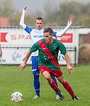 2017-11-05 / Voetbal / seizoen 2017 -2018 / KFCM Hallaar - K.Puurs EXC RSK / Bram Verhavert (Puurs) verliest de bal aan Jan-Pieter Verdammen (FCM Hallaar)  ,Foto: Mpics.be