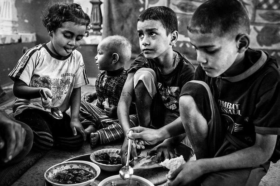 Gaza , Beit Hanoun : Les enfants de la famille Abu Ouda sont en train de d&eacute;jeuner dans ce qui reste de leur s&eacute;jour d&eacute;truit pendant la guerre de 2014.<br /> 21/10/14<br /> <br /> Gaza, Beit Hanoun: Children of the family Abu Ouda are having lunch in what's rest of their living room destroyed during the 2014 war. 21/10/14
