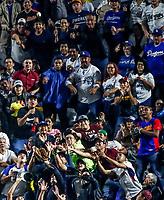 Aficionados atrapan una pelota en el jard&iacute;n derecho . <br /> Baseball action during the Los Angeles Dodgers game against San Diego Padres, the second game of the Major League Baseball Series in Mexico, held at the Sultans Stadium in Monterrey, Mexico on Saturday, May 5, 2018 .<br /> (Photo: Luis Gutierrez)<br /> <br /> Acciones del partido de beisbol, durante el encuentro Dodgers de Los Angeles contra Padres de San Diego, segundo juego de la Serie en Mexico de las Ligas Mayores del Beisbol, realizado en el estadio de los Sultanes de Monterrey, Mexico el sabado 5 de Mayo 2018.<br /> (Photo: Luis Gutierrez)