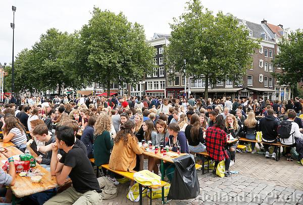 Nederland  Amsterdam  2016. Intreeweek van de Universiteit van Amsterdam ( UvA ). Lunch op de Nieuwmarkt. De Intreeweek is de introductieweek voor de nieuwe studenten.  Foto Berlinda van Dam / Hollandse Hoogte
