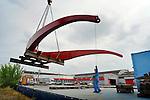 UTRECHT - In Utrecht wordt de 110 ton zware balans van de Rode Brug vanaf een ponton op een dieplader getild voor transport op locatie twee kilometer verderop.  In opdracht van de gemeente zijn het wegdek en deze balans van de Rode Brug maandagavond vanaf de Industriehaven op Lage Weide, naar de Marnixbrug getransporteerd waar de val(wegdek) op een ponton is gezet en de balans per vrachtwagen is doorgereden. De nieuwe door bouwcombinatie Ippel-Jansen Venneboer gebouwde brug vervangt de uit 1890 daterende Rode Brug over de Vecht, en wordt niet alleen breder maar ook moderner vormgegeven. Om het verkeer niet teveel te hinderen zijn de 40 ton zware val en de 100 ton zware rode balans 's avonds vervoerd waarbij diverse lantaarnpalen en verkeerslichten even verwijderd moesten worden om het tien meter brede transport mogelijk te maken. De brug is dinsdag in elkaar gezet. COPYRIGHT TON BORSBOOM