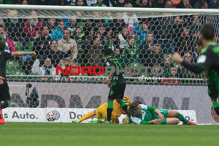 16.05.2015, Weser Stadion, Bremen, GER, 1.FBL. Werder Bremen vs Borussia Moenchengladbach, im Bild<br /> <br /> 0 zu 1 durch Raffael (Borussia M&ouml;nchengladbach) gegen Koen Casteels (Bremen #20) und Jannik Vestergaard  (Bremen #7)<br /> <br /> Foto &copy; nordphoto / Kokenge