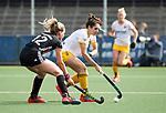 AMSTELVEEN - Hockey - Hoofdklasse competitie dames. AMSTERDAM-DEN BOSCH (3-1) Pleun van der Plas (Den Bosch)  met links Kimberly Thompson (A'dam)   COPYRIGHT KOEN SUYK
