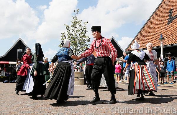 Nederland Zaanse Schans 2016. Folkloredag in Zaanse Schans.  Mensen dansen in diverse Nederlandse klederdrachten. Foto Berlinda van Dam / Hollandse Hoogte