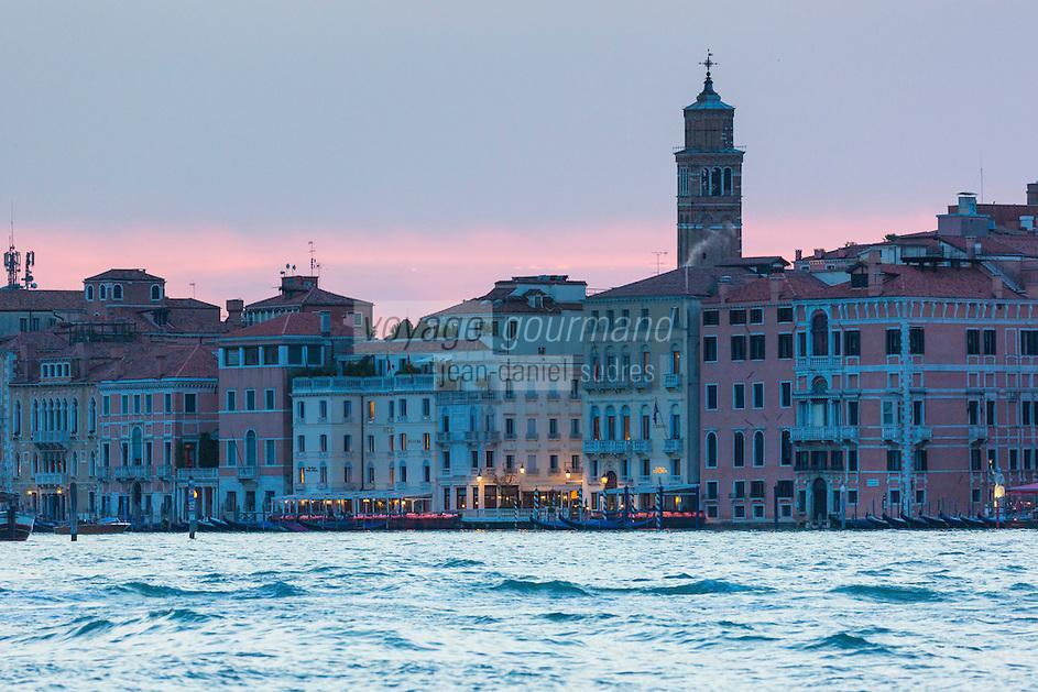 Italie, Vénétie, Venise: Facades au crépuscule  sur le Bassin Saint-Marc// Italy, Veneto, Venice: