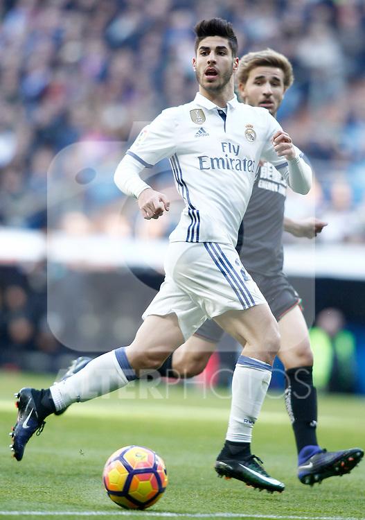 Real Madrid's Cristiano Ronaldo (l) and Granada CF's Sergi Samper during La Liga match. January 7,2016. (ALTERPHOTOS/Acero)