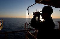 La piattaforma petrolifera VEGA è stata installata nel 1986 in una profondità d'acqua di 123 mt e pesa nel suo complesso 26000 ton. e si trova nel Canale di Sicilia a una distanza di circa 12 miglia dalla costa di Pozzallo (Siracusa).