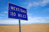 Kult State Route 375: AMERIKA, VEREINIGTE STAATEN VON AMERIKA, NEVADA,  (AMERICA, UNITED STATES OF AMERICA), 25.07.2006: Strassenschild Next Gas 110 Miles. Lange Fahrtstrecke bis zur naechsten Tankstelle, Benzinversorgung,  Die Nevada State Route 375, besser bekannt als Extraterrestrial Highway (seit 1996 offiz. Bezeichnung), Highway 375 oder kurz ET-Highway, ist eine Bundesstrasse in den Counties Lincoln und Nye im Sueden Nevadas im Suedwesten der USA. Sie verlaeuft zwischen Warm Springs, wo sie vom U.S. Highway 6 abbiegt und Crystal Springs, wo sie ueber eine kurzen Abstecher auf die Nevada State Route 318 in den U.S. Highway 93 einbiegt, und ist 158 Kilometer (98,4 Meilen) lang. Einziger und ebenfalls beruehmter Ort entlang der Strasse ist Rachel, wo viele der wenigen Durchreisenden im Little A'Le'Inn, einer mit UFO-Devotionalien dekorierten Bar, einen kurzen Halt einlegen.