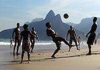 FUSSBALL WM 2014  24.06.2014 Brasilianische Jugendliche spielen Fussball am Strand von Ipanema