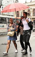 ATENÇÃO EDITOR FOTO EMBARGADA PARA VEÍCULOS INTERNACIONAIS. SÃO PAULO, 21 DE SETEMBRO DE 2012 - CHUVA SP - Chuva fina atinge a capital, na região do Viaduto do Chá, região central da capital, no inicio da tarde desta sexta feira, 21. FOTO LEVY RIBEIRO - BRAZIL PHOTO PRESS