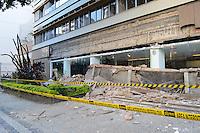 RIO DE JANEIRO, RJ, 27 JULHO 2012 - DESABAMENTO DE MARQUISE NA TIJUCA- A marquise de cerca de 25 metros de comprimento, que ficava na fachada do edificio Golden Palace, na Rua Conde de Bonfim desabou por volta das 23h30, na Tijuca, Zona Norte do Rio, nesta sexta-feira, 27 (FOTO: MARCELO FONSECA / BRAZIL PHOTO PRESS).
