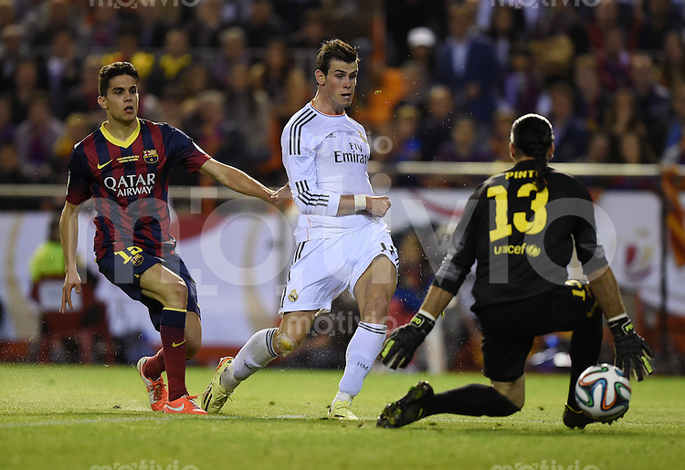 FUSSBALL  INTERNATIONAL Copa del Rey FINALE  2013/2014    FC Barcelona - Real Madrid            16.04.2014 Gareth Bale (Mitte, Real Madrid) erzielt das Siegtor zum 1-2 gegen Torwart Jose Pinto (re, Barca) und Marc Bartra (li, Barca)