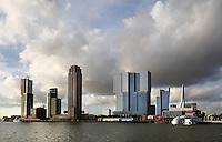 Skyline van Rotterdam bij de Rijnhaven. Hoogbouw op de Wilhelminapier