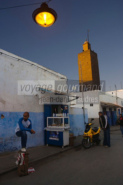 Afrique/Afrique du Nord/Maroc/Rabat: dans les ruelles de la kasbah des Oudaïas et le minaret de la mosquée Jammaa el-Atiqua - Jeunes adultes attendant