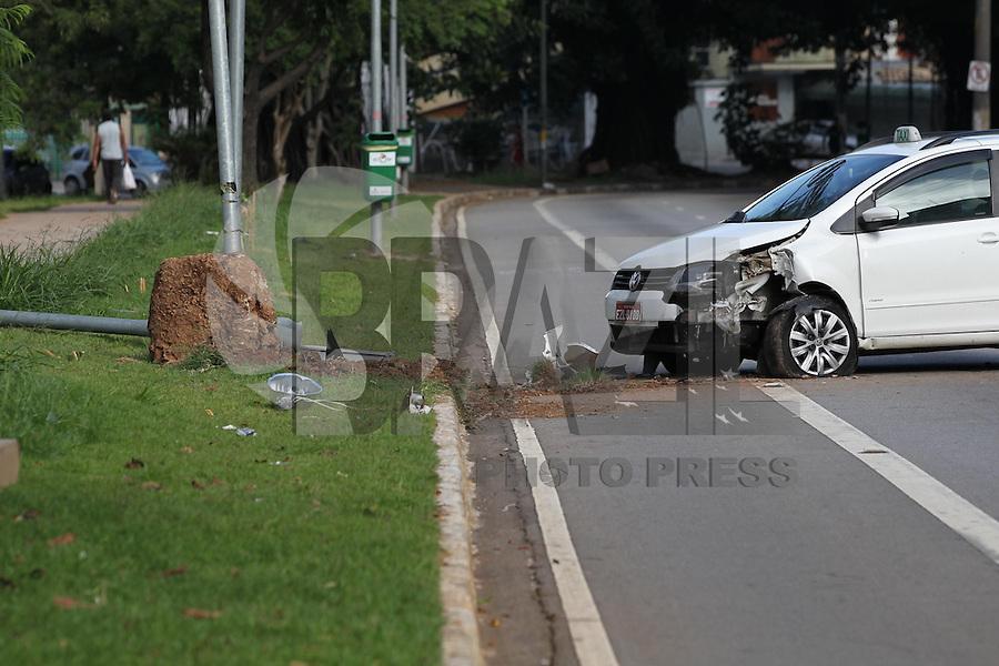 SAO PAULO, SP, 24 FEVEREIRO 2013, ACIDENTE AV SUMARE. Um taxi perdeu a direcao  e bateu contra um poste na Av. Sumare altura do numero 300, com o impacto o poste caiu sobre a pista de corrida que fica no canteiro central da aveinda. O motorista nao se feriu, por muita sorte na hora do acidente nao havia pedestres no local. O acidente aconteceu na madrugada desse domingo (24) , duas faixas para veiculos e a faixa exclusiva para motos estao interditadas.FOTO: LUIZ GUARNIERI/ BRAZIL PHOTO PRESS