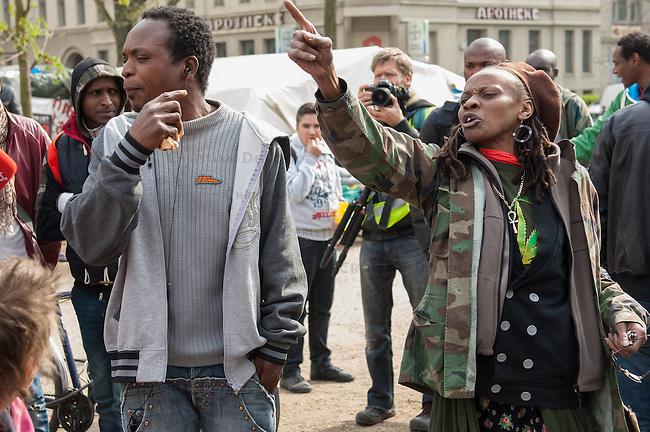 Fluechtlingscamp auf dem Oranienplatz in Berlin-Kreuzberg.<br />In langwierigen Verhandlungen haben Verantwortlich von Bezirk und Senat mit einem Teil der auf dem Lampedusa-Fluechttlinge, die seit ueber 1 1/2 Jahren auf dem Kreuzberger Oranienplatz campieren, eine Abmachung getroffen in der festgehalten ist, dass die Fluechtlinge in eine feste Unterkunft einziehen koennen und ihre Antraege auf Asyl wohlwollend geprueft werden. Das Verhandlungsergebnis wurde am Dienstag den 1. April 2014 auf einer improvisierten Pressekonferenz vom selbsternannten Wortfuehrer der Oranienplatz-Fluechtlinge vorgetragen. Zur Bekraeftigung zeigte er zu der Vereinbarung eine Liste mit Unterschriften von umzugswilligen Fluechtlingen. Fluechtlinge die schon vor einem Jahr in eine ebenfalls in Kreuzberg gelegene leerstehende Schule gezogen waren, sind laut eigener  von Bezirk, Senat und dem selbsternannten Sprecher nicht in die Verhandlungen mit einbezogen worden. Dennoch behauptete der selbsternannte Fluechtlingssprecher, sie seien mit der Vereinbarung einverstanden. Auf der Pressekonferenz brach daraufhin ein lautstarker Streit unter den Fluechtlingen aus. Die Fluechtlinge aus der Schule fuehlten sich zum wiederholten Mal vom selbsternannten Sprecher hintergangen.<br />Etwa 25-30 Fluechtlinge vom Oranienplatz begaben sich dann zu der angebotenen Unterkunft in dem benachbarten Stadtteil Friedrichshain.<br />Hier: Fluechtlinge aus der Schule werfen dementieren lautstark, dass sie von der Vereinbarung wussten und angeblich unterschrieben haben.<br />1.4.2014, Berlin<br />Copyright: Christian-Ditsch.de<br />[Inhaltsveraendernde Manipulation des Fotos nur nach ausdruecklicher Genehmigung des Fotografen. Vereinbarungen ueber Abtretung von Persoenlichkeitsrechten/Model Release der abgebildeten Person/Personen liegen nicht vor. NO MODEL RELEASE! Don't publish without copyright Christian-Ditsch.de, Veroeffentlichung nur mit Fotografennennung, sowie gegen Honorar, MwSt. und Beleg. Konto:, I N G - D 