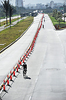 BOGOTÁ-07-02-2013. Ciclistas circulan por la Avenida El Dorado,  sin carros, hoy en horas de la mañana durante el Día sin Carro. (Foto: VizzorImage / Luis Ramírez / Staff). A bikers ride along on the El Dorado Avenue,  empty, today in the mornig during the Car Free Day in Bogotá. (Photo: VizzorImage / Luis Ramírez /Staff)......
